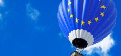 Imagen de un globo aerostático con el logo de la Unión Europea