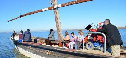 Foto de una barca accesible con personas con y sin discapacidad