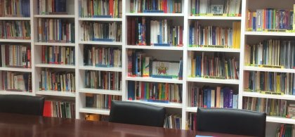 Imagen de la biblioteca actual de Fundación ONCE con estanterías llenas de libros