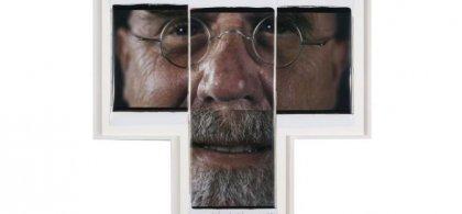 Obra de Close Chuck en la que se ve una cara dividida en tres partes de un hombre con bigote