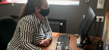 Foto de estela en su puesto de trabajo