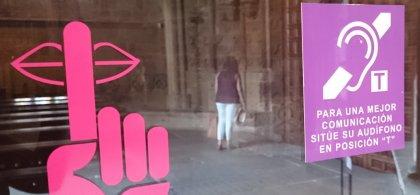 Cartel informativo de la existencia de bucle magnético en el interior de una catedral