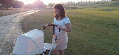 Mercedes llevando el carrito de su hija