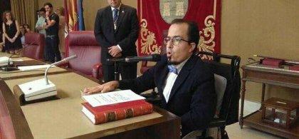 Imagen de Federico Pozuelo sentado ante un micrófono
