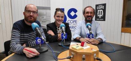 Imagen de José Jardón ante el micrófono con dos compañeros