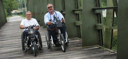 Rafa haciendo cicloturismo en una handbike