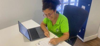 Lidia, trabajando en su oficina
