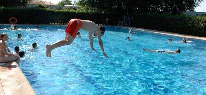 Persona tirándose de cabeza a una piscina