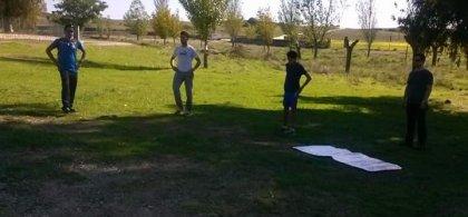 J.C haciendo ejercicio físico al aire libre con más personas