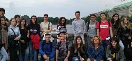 María con un grupo de estudiantes durante una excursión en Bremen