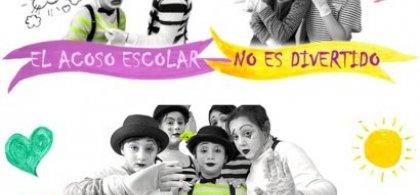 """Mosaico de imágenes de niños en blanco y negro con toques de color en el que se lee: """"El acoso escolar no es divertido""""."""