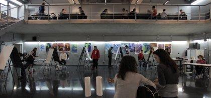Imagen de alumnos del curso en un taller artístico