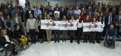 Imagen de la entrega de los cheques a las ONG beneficiarias con los asistentes al acto