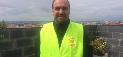 Ismael con el chaleco de voluntario de Fundación ONCE
