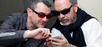 foto de dos personas con discapacidad visual utilizando un smartphone