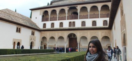 Imagen de Virginia en uno de los patios de la Alhambra de Granada