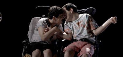 Imagen de la campaña 'No mires a otro lado' en la que se ve a dos jóvenes con parálisis cerebral en actitud cariñosa