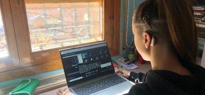 Foto de Belén ante el ordenador