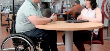 Imagen de una entrevista de trabajo a un hombre en silla de ruedas