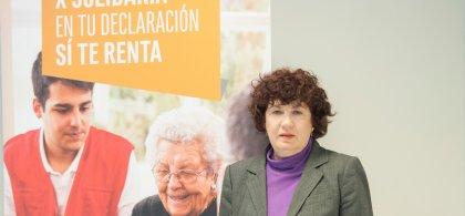 """Estrella Rodríguez con un cartel que dice """"Marca la x solidaria en tu declaración de la renta"""""""
