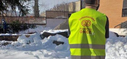 Jesús, con el chaleco de voluntario de Fundación ONCE, en su misión en la nieve