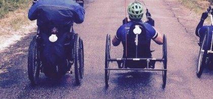 Tres personas en silla de ruedas haciendo el Camino de Santiago
