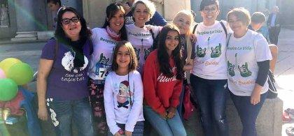 Familiares y afectados por fibrosis quística después de un acto lúdico de concienciación