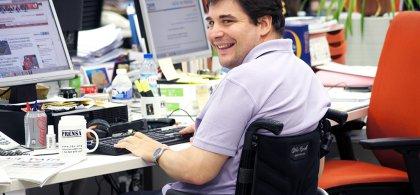 Foto de un trabajador con discapacidad