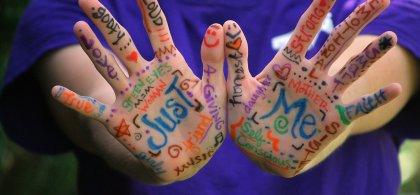 """Imagen de dos manos pintadas en las que se lee """"Just me"""""""