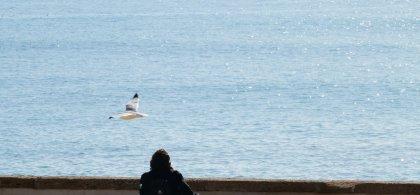 Sergio, en su silla de ruedas, junto al mar
