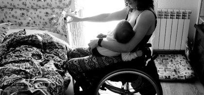 Imagen en blanco y negro de Esther con su hija en brazos