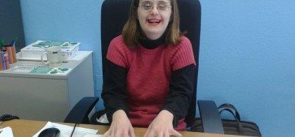 Clara en una mesa de trabajo