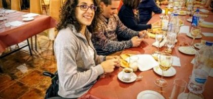Imagen de Esther en la mesa de un bar