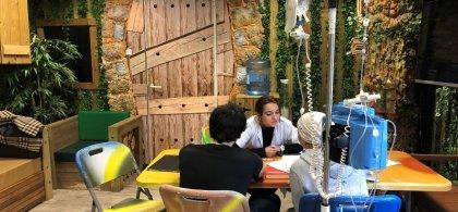 Imagen del interior del colegio del Niño Jesús donde se ve a un alumno y una profesora