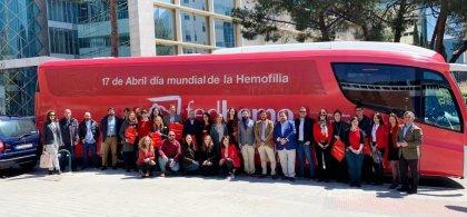 Imagen del autobús de la hemofilia donde aparece una foto de grupo en el costado del vehículo