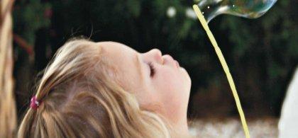 Imagen de una niña ante un globo inflado y la siguiente leyenda: Yo solo pienso en respirar.