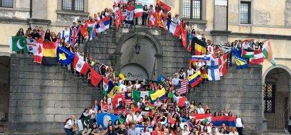 Alumnos de Colegios del Mundo Unido con banderas de diferentes países