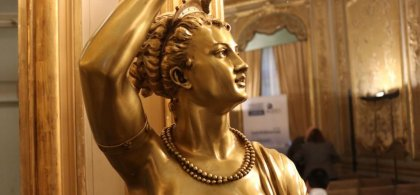 Estatua dorada de una musa en la sala Miguel de Cervantes del Museo de América