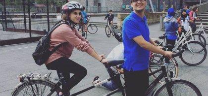 Ana Isabel montando en bicicleta