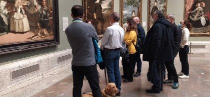 Imagen de personas con discapacidad visual ante una exposición de Velázquez en la que se ve el cuadro de 'Las Meninas'