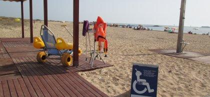 Imagen de una playa con servicio de baño adaptado con silla anfibia