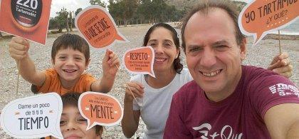 Familia con pancartas alusivas a la tartamudez