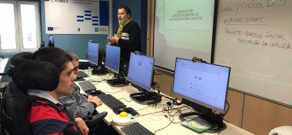 Jorge con compañeros en una clase con ordenadores