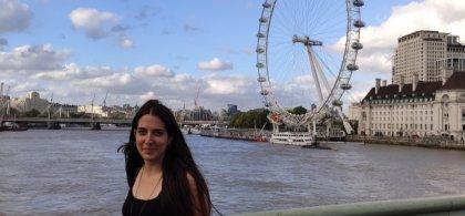 Imagen de Elena, con el London Eye al fondo
