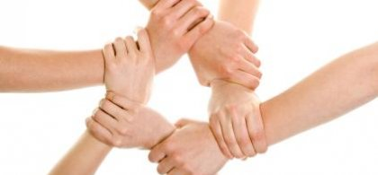 fotografía de manos unidas unas tras otras