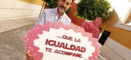 """Imagen de M. Lorente con un cartel en el que se lee """"...QUE LA IGUALDAD TE ACOMPAÑE"""""""