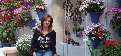 Natalia Peralta en un patio lleno de flores