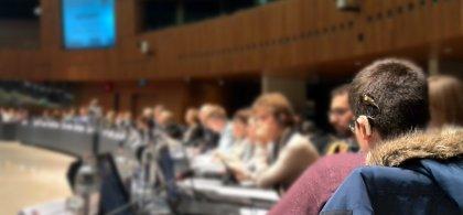 Foto de una persona con implante coclear en un congreso