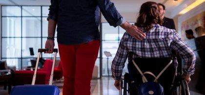 Persona en silla de ruedas en un hotel