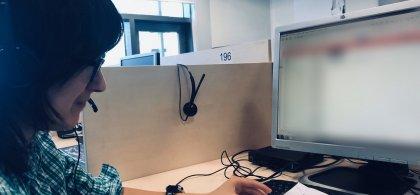 Laura trabajando en un escritorio